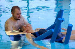 Упражнения на растяжку в бассейне