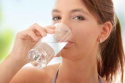 Употребление воды перед началом рисовой чистки суставов